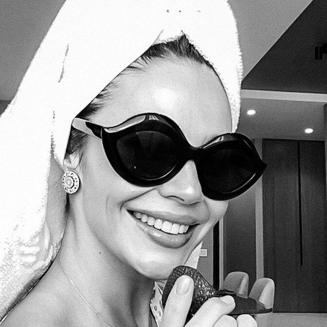 Дружина Коноплянки після душу вперше знялася в онлайн-фотосесії