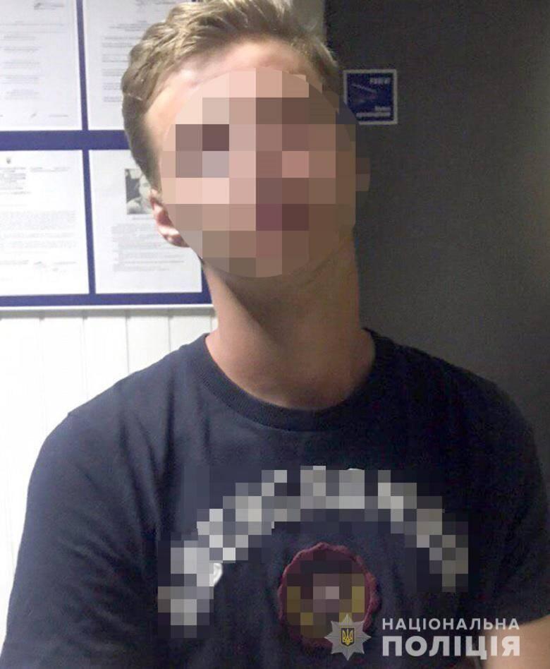 У Києві молодик напав із ножем на підлітків