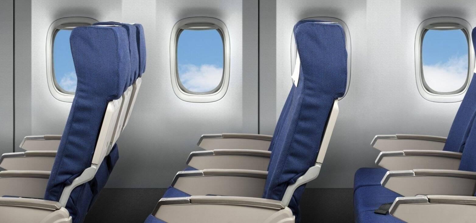 Чому небезпечно відкидати спинки крісел у літаку: названо причину
