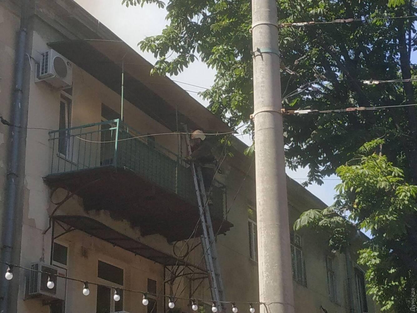 Пожарный поднимается на балкон