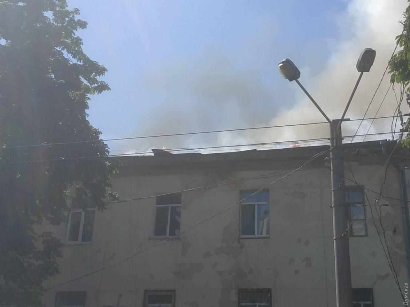 Огонь перебросился на крышу
