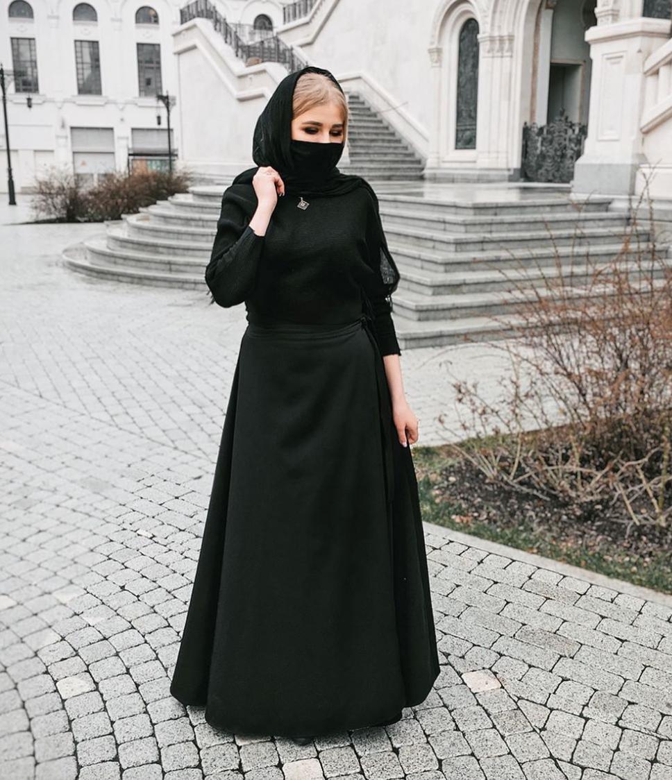 В сети возник скандал из-за помощницы архиепископа Москвы: ее внешность вызвала споры