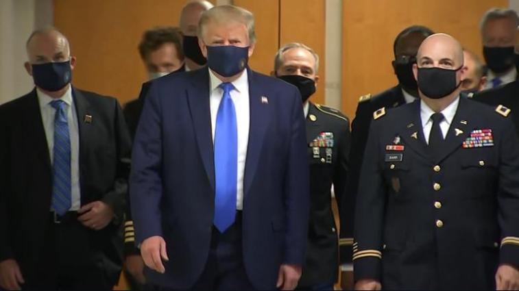 Трамп уперше надів маску