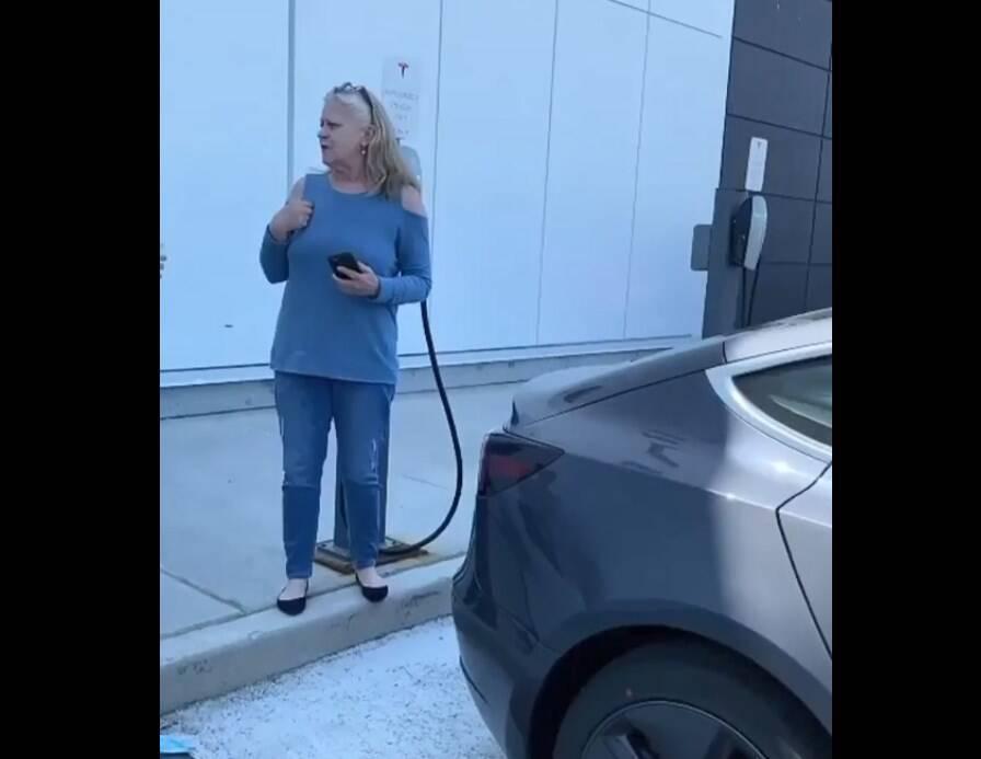 Женщину обвинили в нарушении правил парковки.
