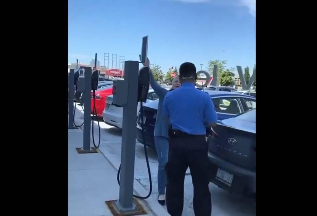 Полицеские долго требовали переставить машину.