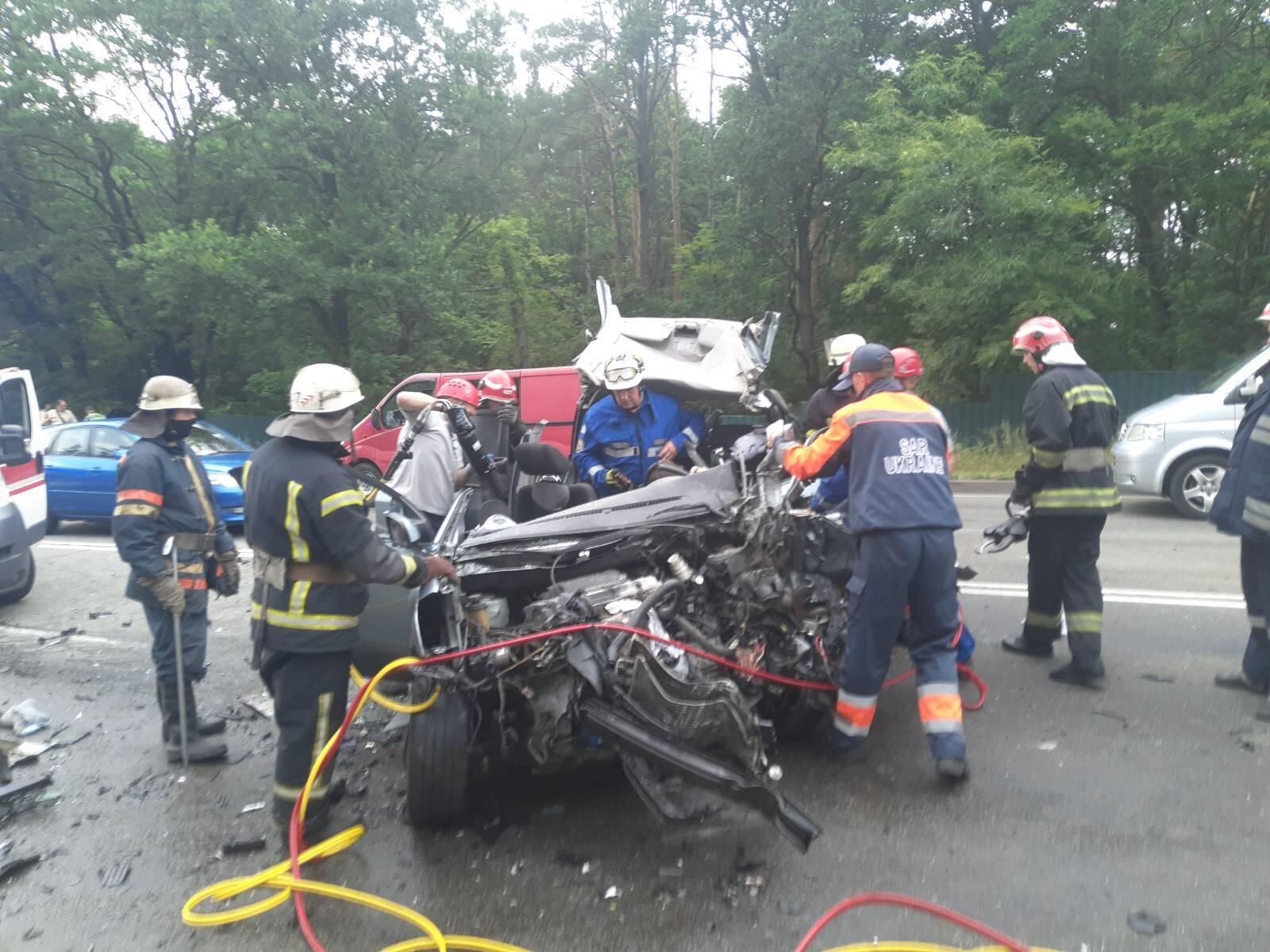 В автомобиле Hyundai, который попал в ДТП в Киеве, находилась семья из 5 человек