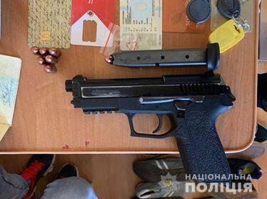 На Київщині затримали банду, яку підозрюють у розбійному нападі на підприємця. Речі, вилучені під час обшуків