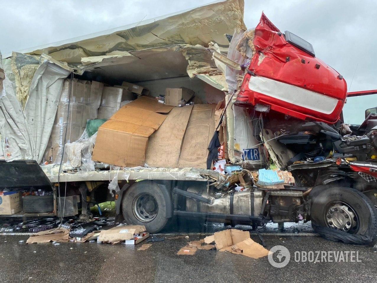 Под Киевом фура попала в страшное ДТП. Фото последствий