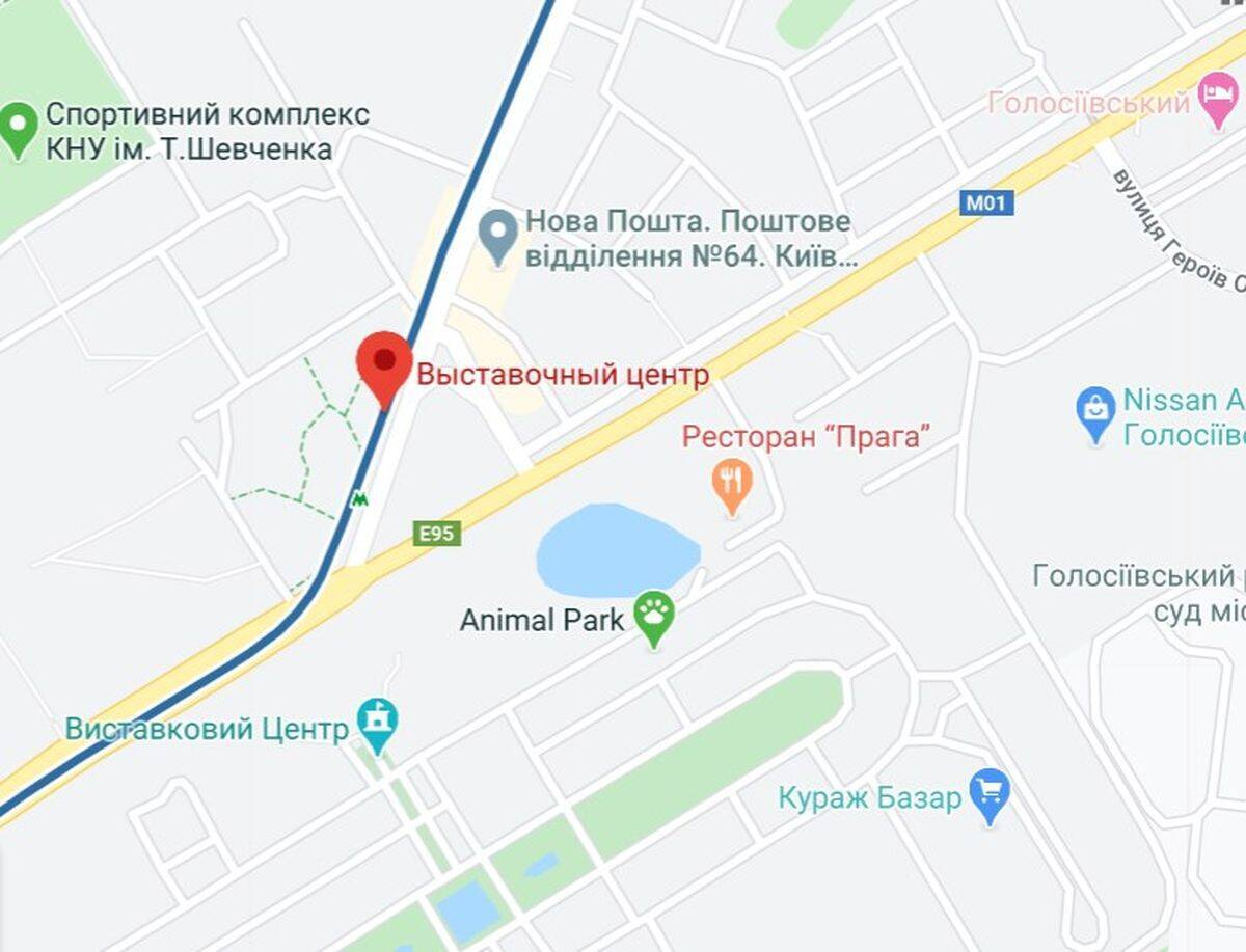 """Будинок, в якому знайшли схованку зі зброєю, боєприпасами та вибухівкою, розташований поруч із метро """"Виставковий центр"""" у Києві."""