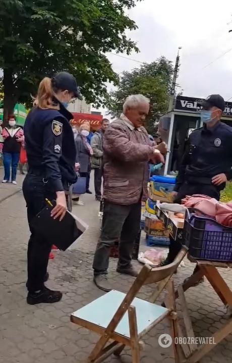 У Чернівцях поліцейські жорстко затримали пенсіонера за стихійну торгівлю: відео обурило мережу