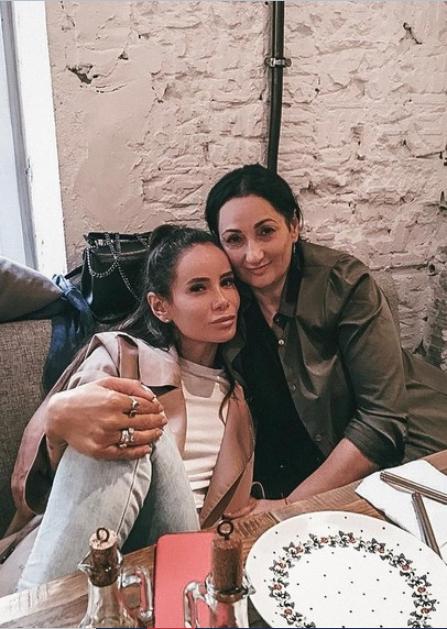 Айза Анохина с мамой (фото – starhit.ru)