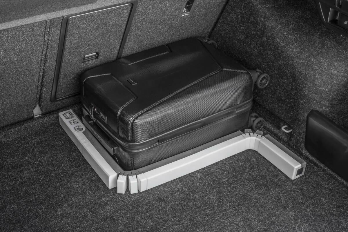 Гибкий фиксатор позволит легко закрепить в багажнике груз любой формы. Фото: