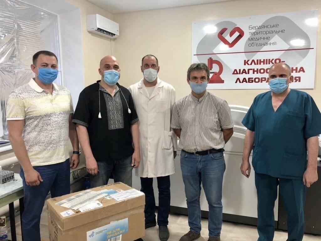 Фонд Порошенка передав тест-системи лікарням.