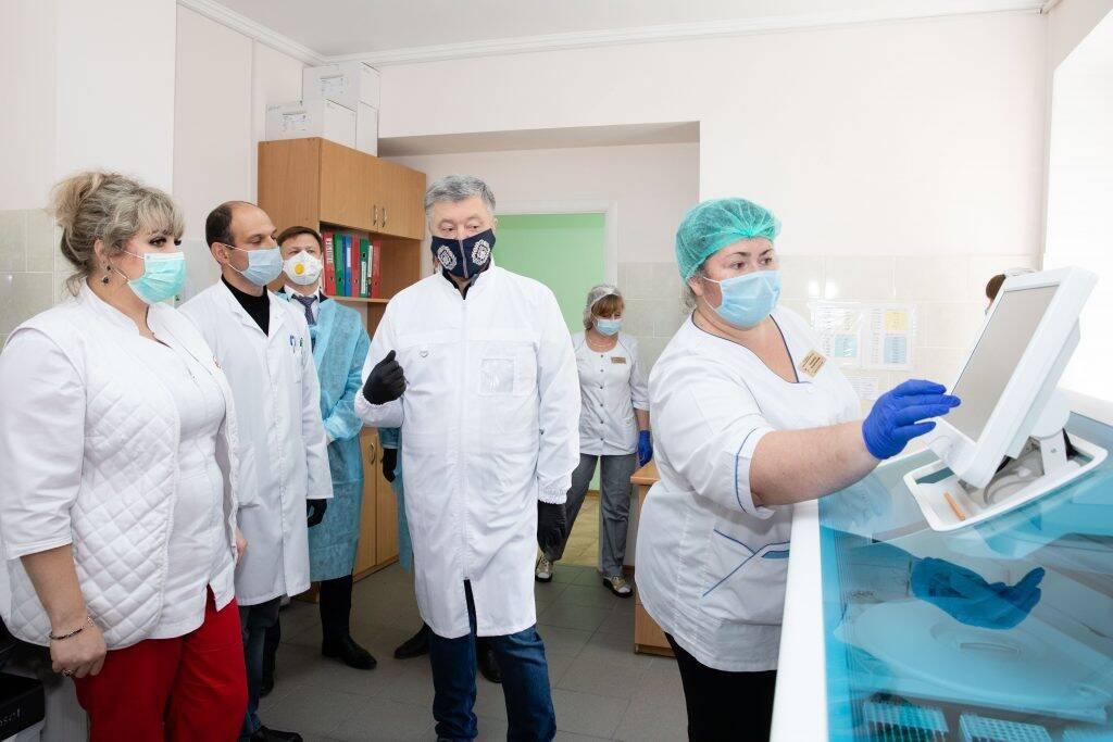 Порошенко передав партію тест-систем до медзакладів.