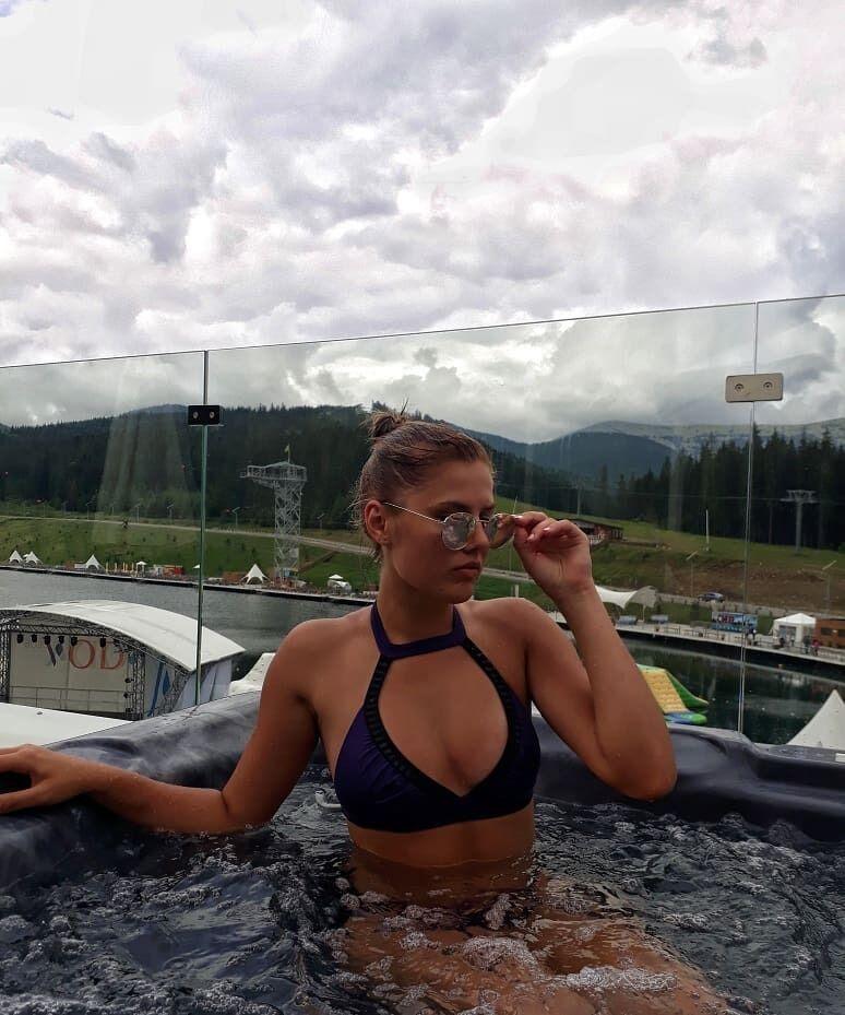 Анна Сугак отдыхает на фоне гор