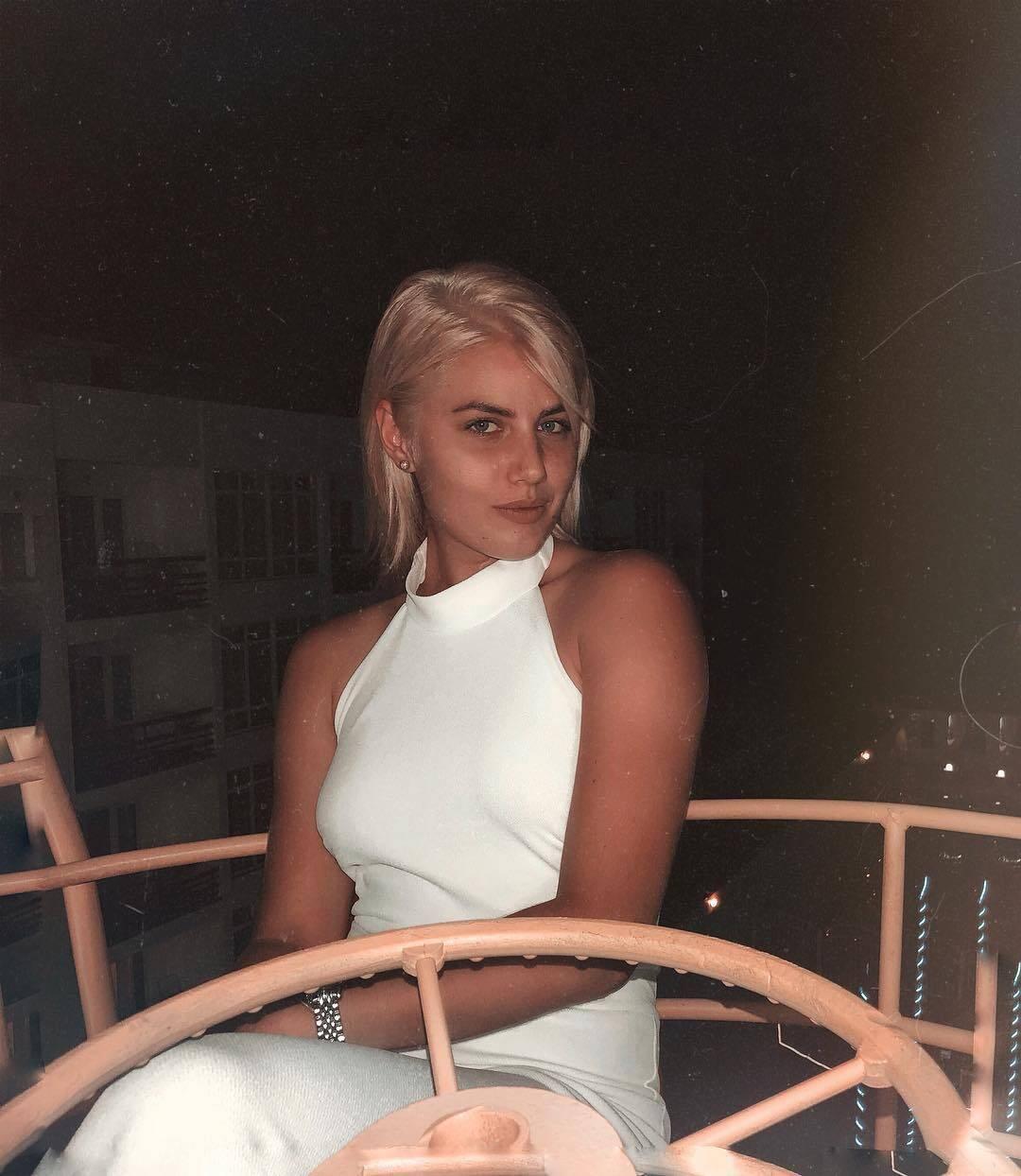 Анна Сугак в белом платье