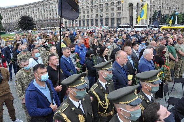 Українці прийшли на церемонію прощання