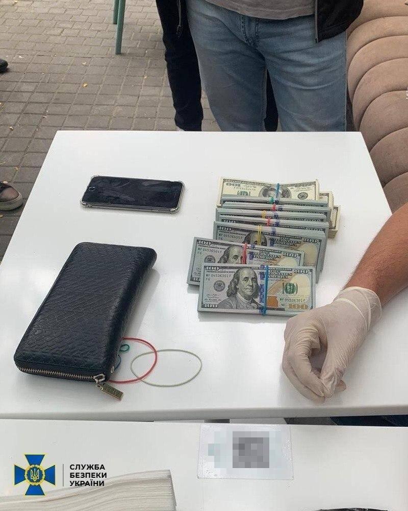 Спецслужба затримала двох підозрюваних при отриманні 100 тисяч доларів хабаря