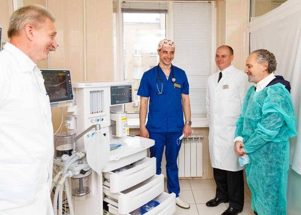 Шустер і Єлізаров передали госпіталю універсальний апарат.