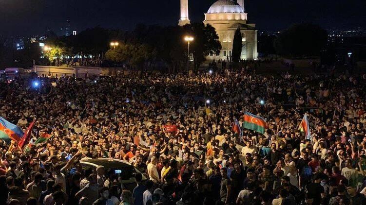 На митинг в Азербайджане вышли тысячи людей
