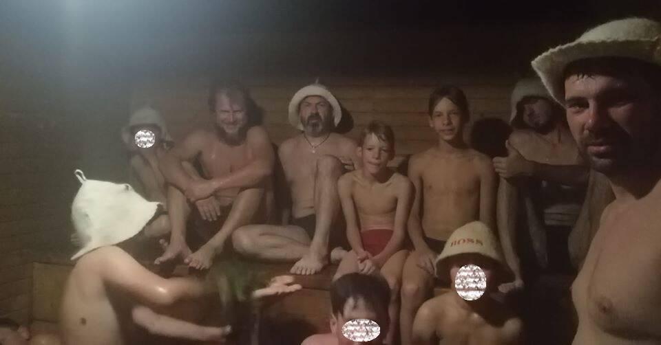 Алексей Цурканов (справа) и сыновья (в центре)