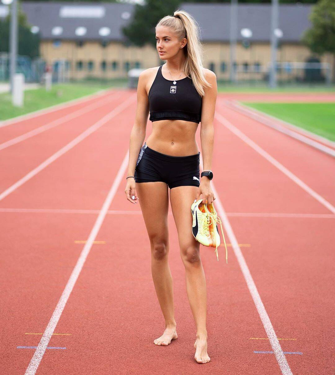 Аліса Шмідт на біговій доріжці босоніж