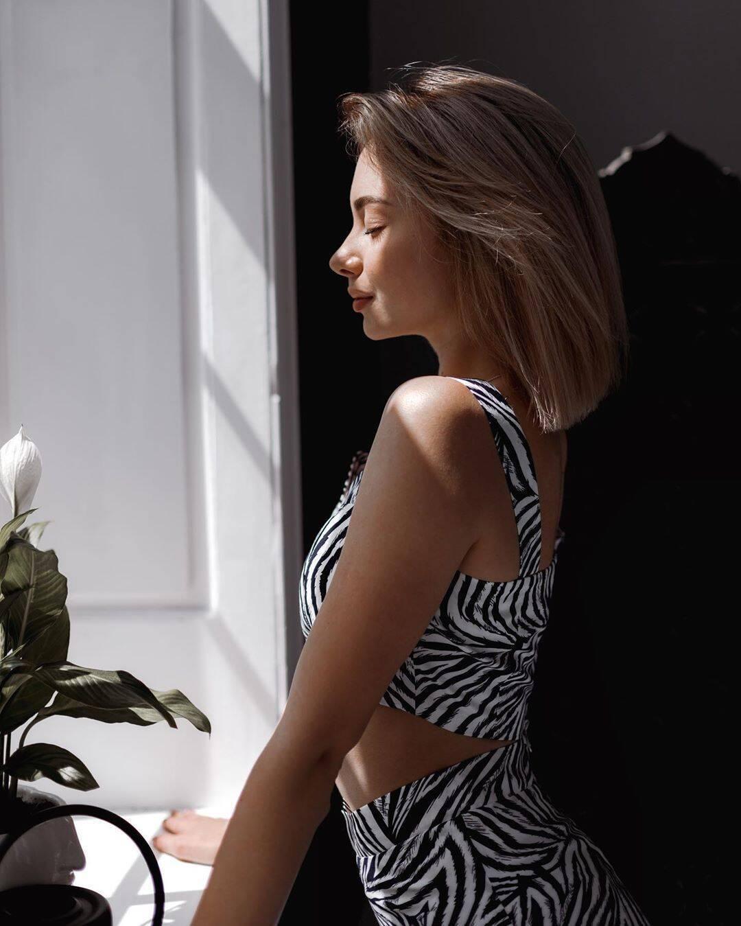 Марина Галаган в смугастому платті