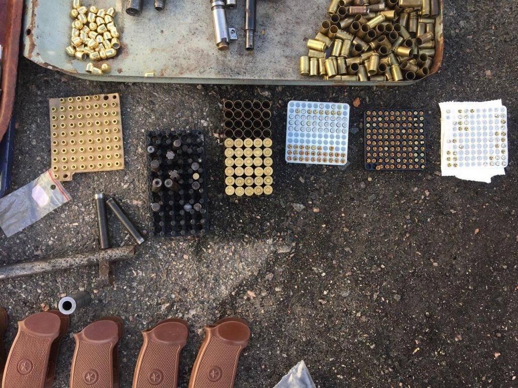 Во время обысков изъято более 200 кг пороха и служебную документацию