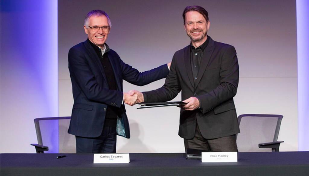 Керівники двох концернів Карлос Таварес і Майк Менлі на церемонії підписання угоди про злиття. Фото: