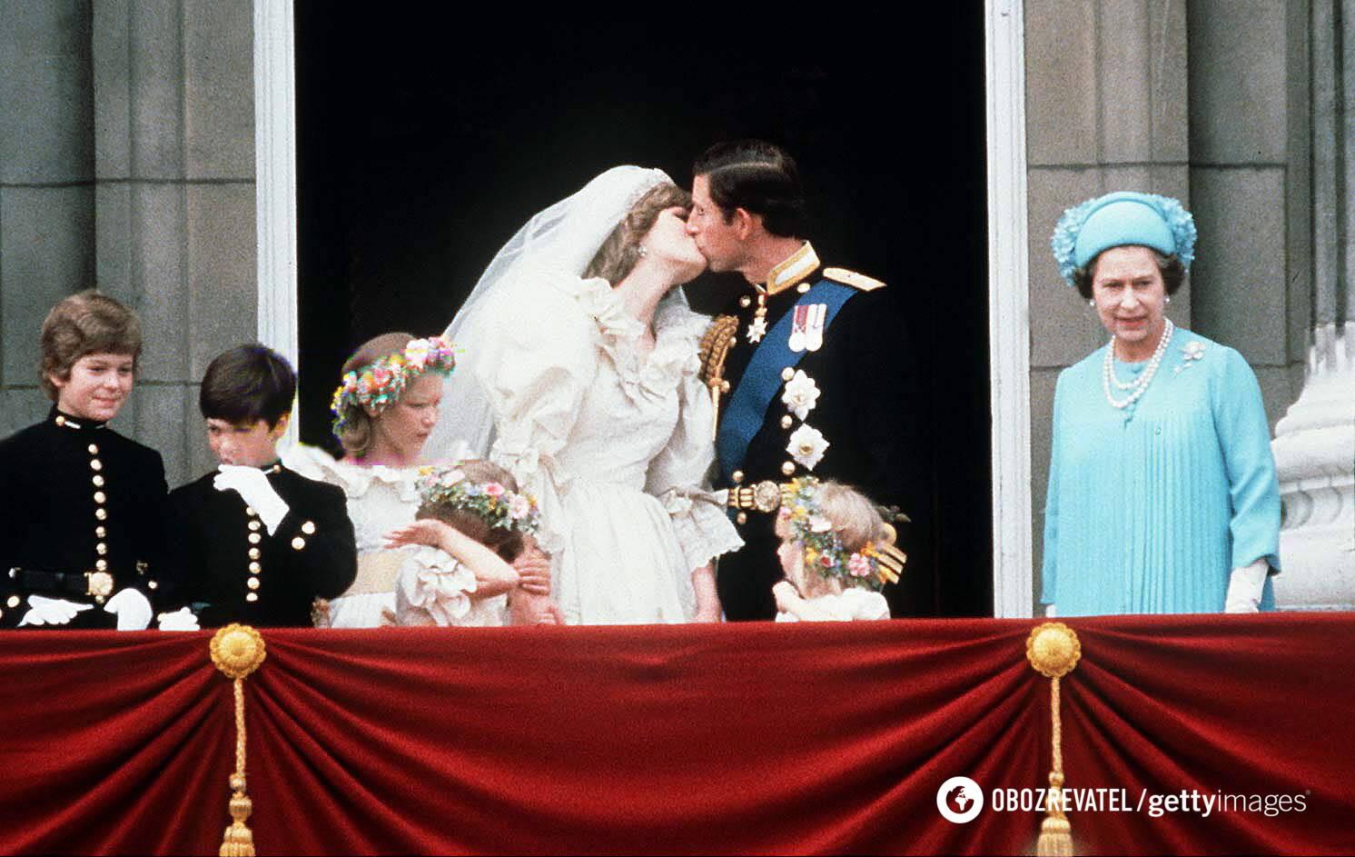 Весільний поцілунок Чарльза і Діани