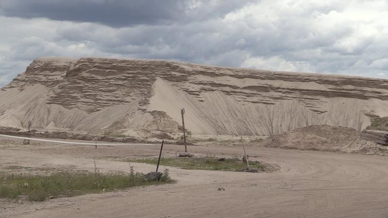 У Києві комунальникам не дали демонтувати паркан довкола майданчика з нелегальним піском
