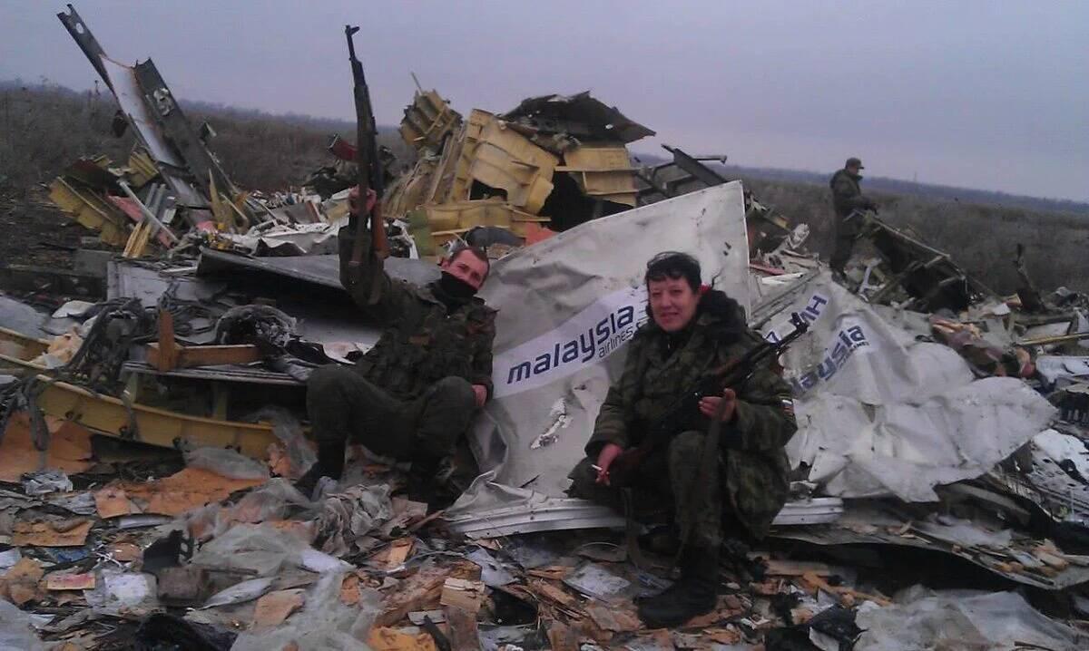 """На месте крушения сбитого из российской ракетной установки самолета террористы устраивали """"фотосессии"""""""