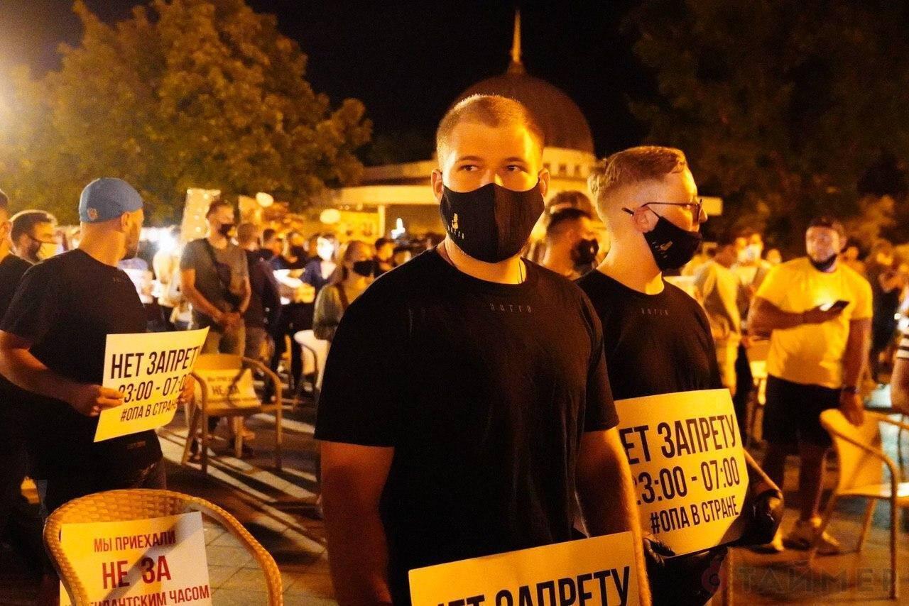 Участники акции держали в руках плакаты
