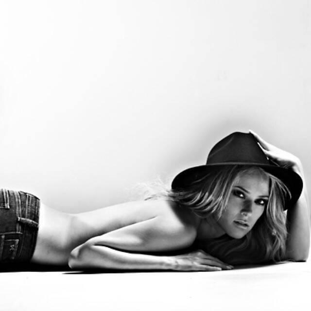 Ванесса Хуппенкотен снялась топлес в черно-белом цвете