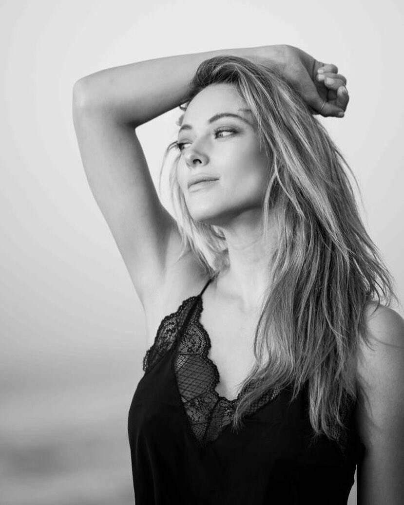Ванесса Хуппенкотен в чорно-білому кольорі