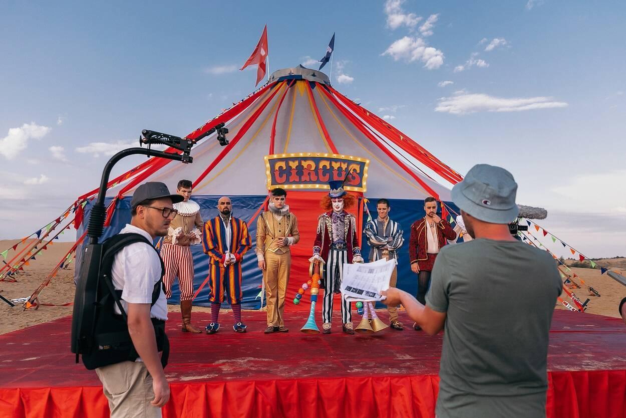 """""""Антитела"""" построили цирковой городок в пустыне"""