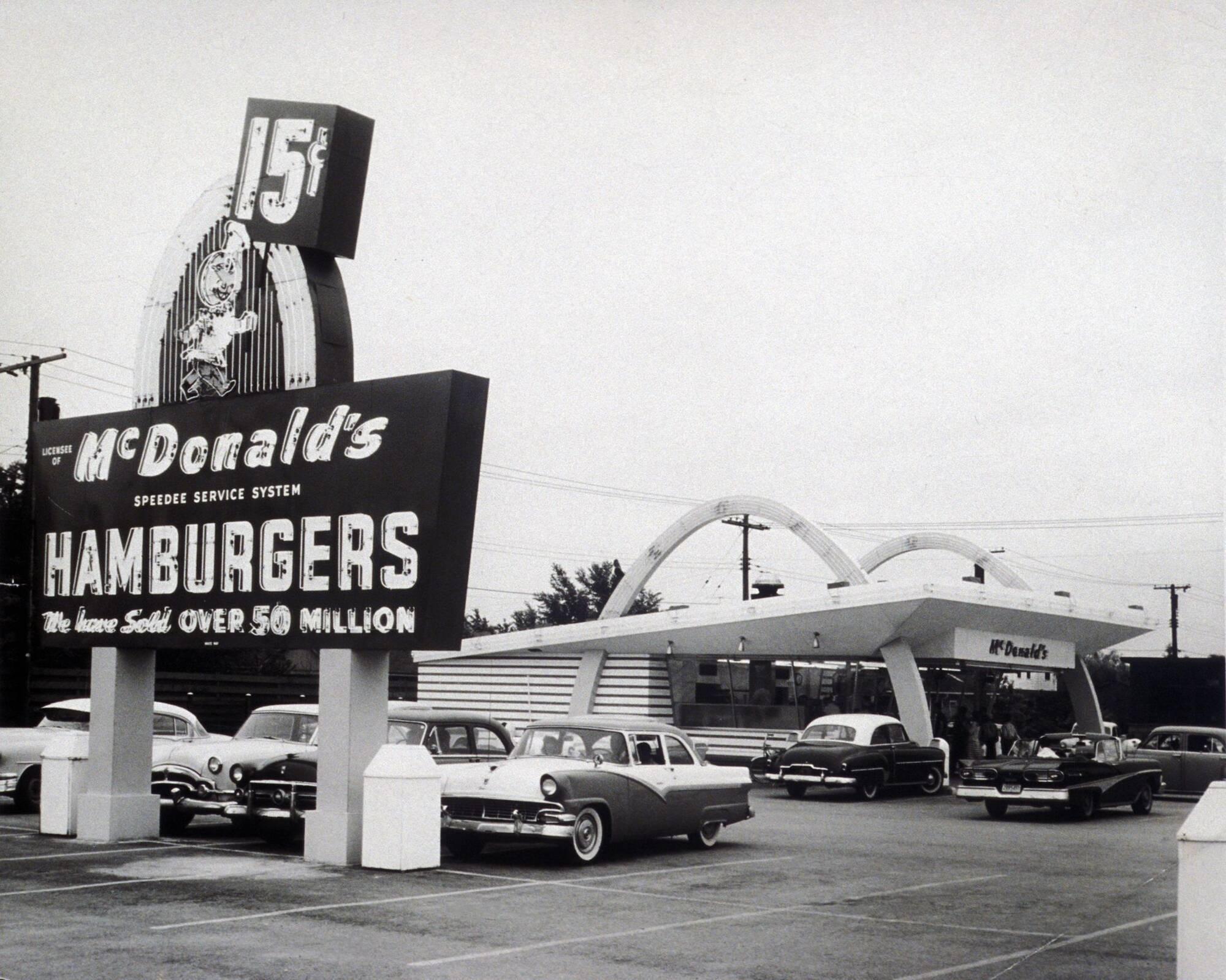 Найбільшою популярністю гамбургери зобов'язані компанії McDonald's. Перший ресторан мережі, Дес-Плейнс, Іллінойс, 1955 рік