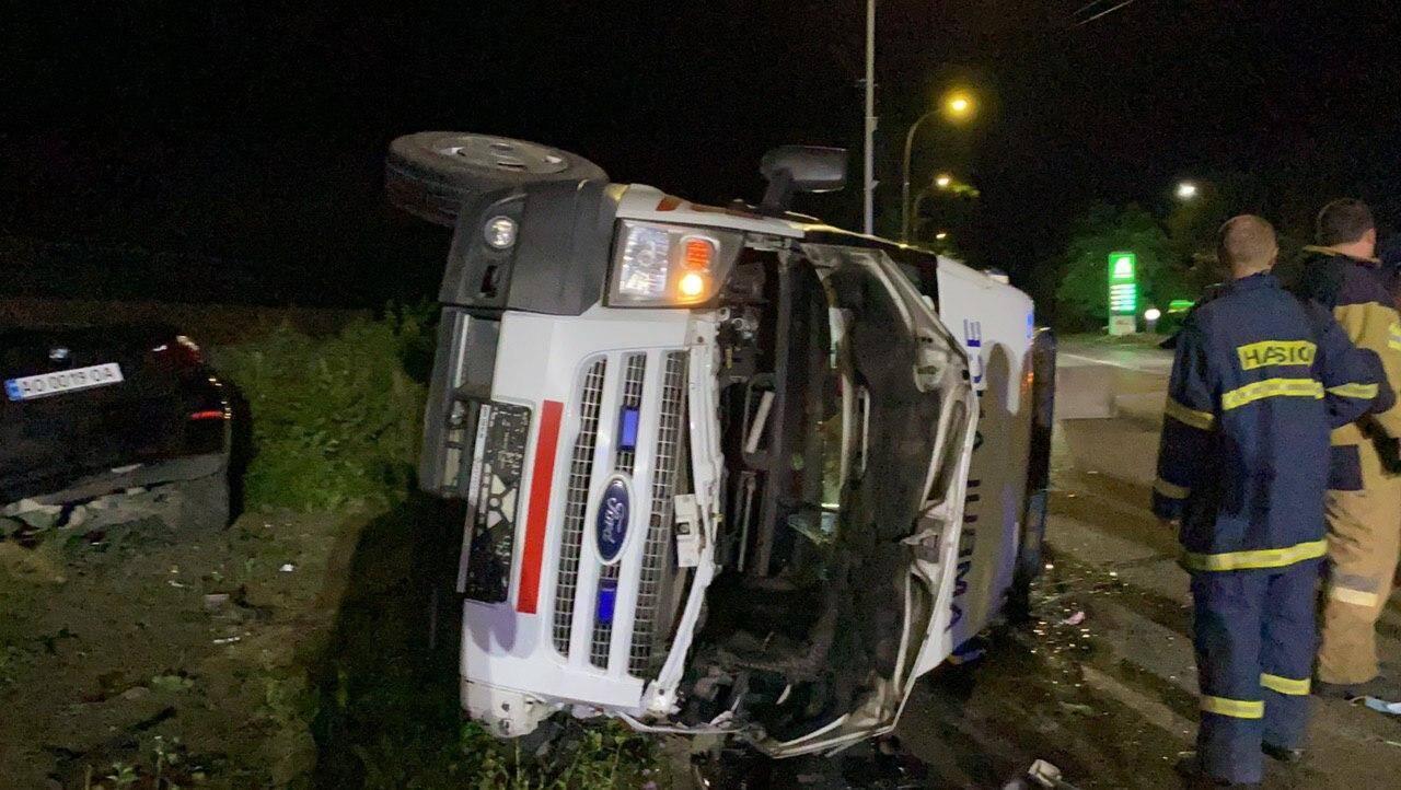 В Ужгороді BMW зіткнувся зі швидкою. Фото - Telegram-канал Віталія Глаголи