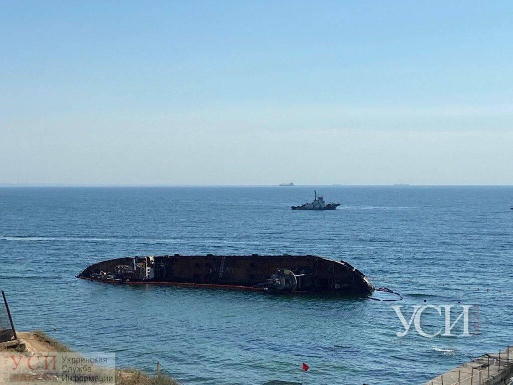 Из танкера Delfi выливается горючее