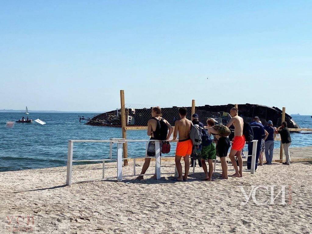 За процессом подъема танкера с берега наблюдают толпы зевак