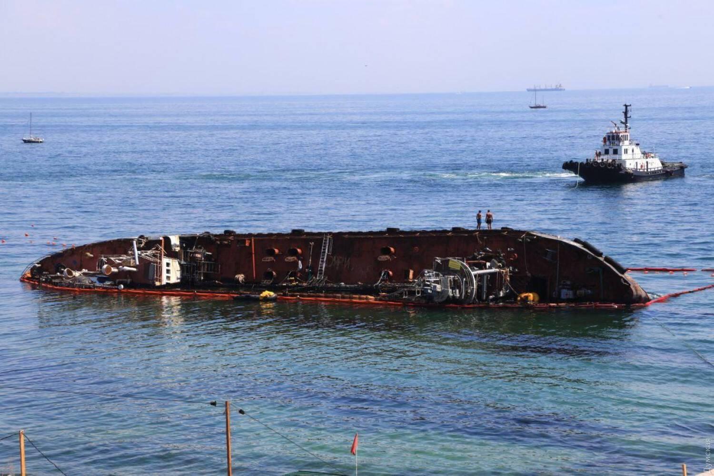 В Одессе началась операция по подъему затонувшего танкера