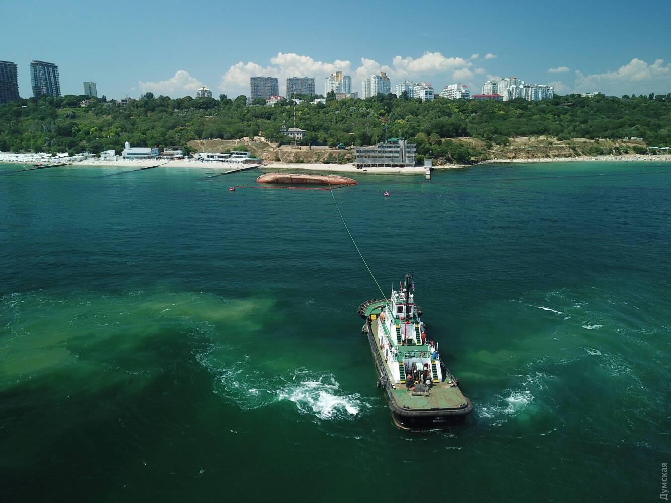 Между одесским пляжем и танкером постоянно курсируют катера