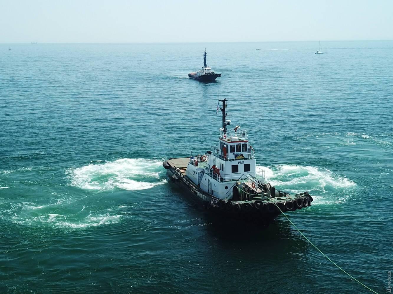 У одного из буксиров, тянувшего танкер Delfi, порвался канат