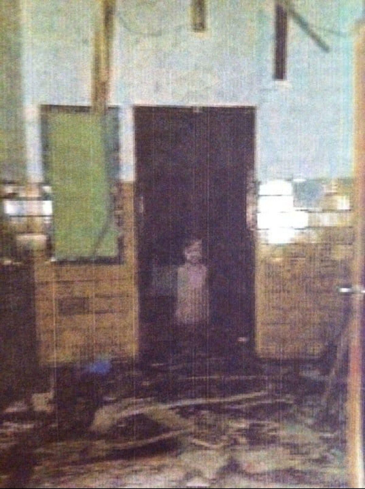 Ребенок на фото из старой школы