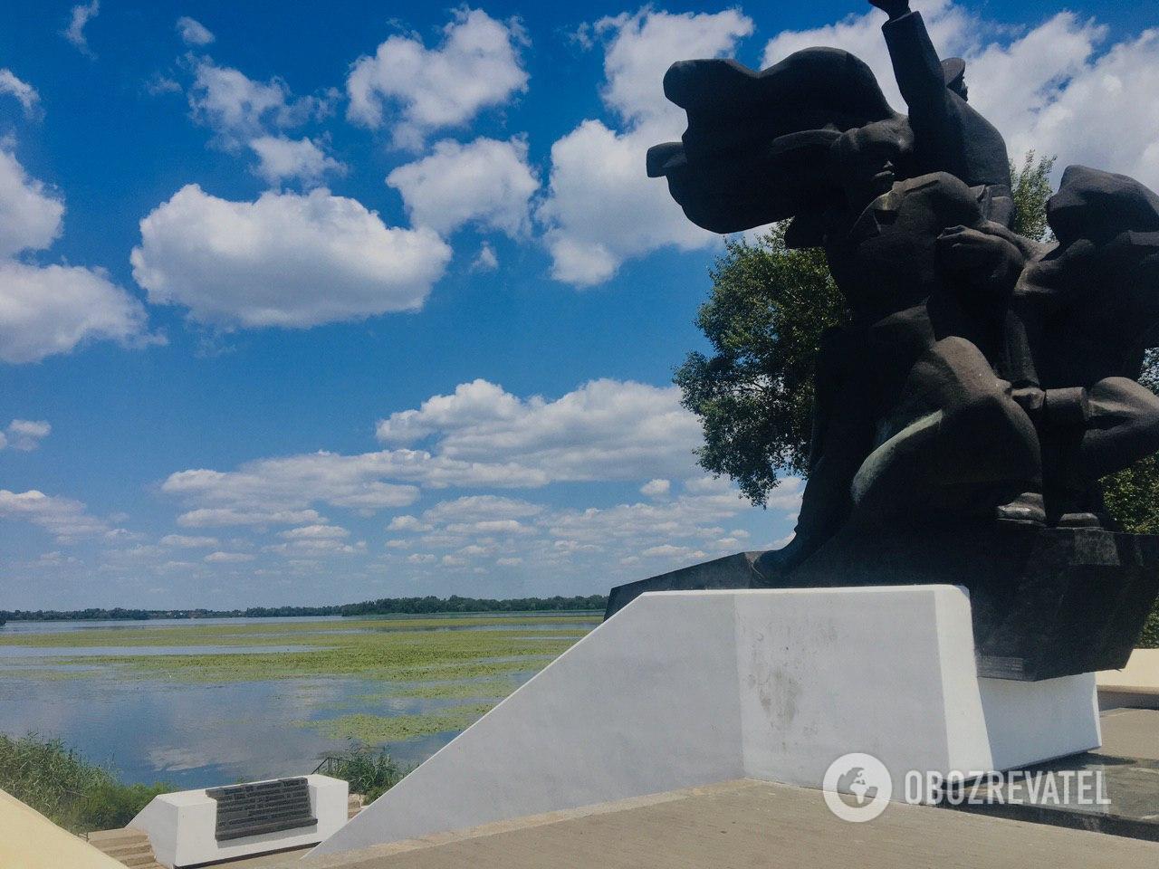 Пляж за памятником Воинам 152-й стрелковой дивизии
