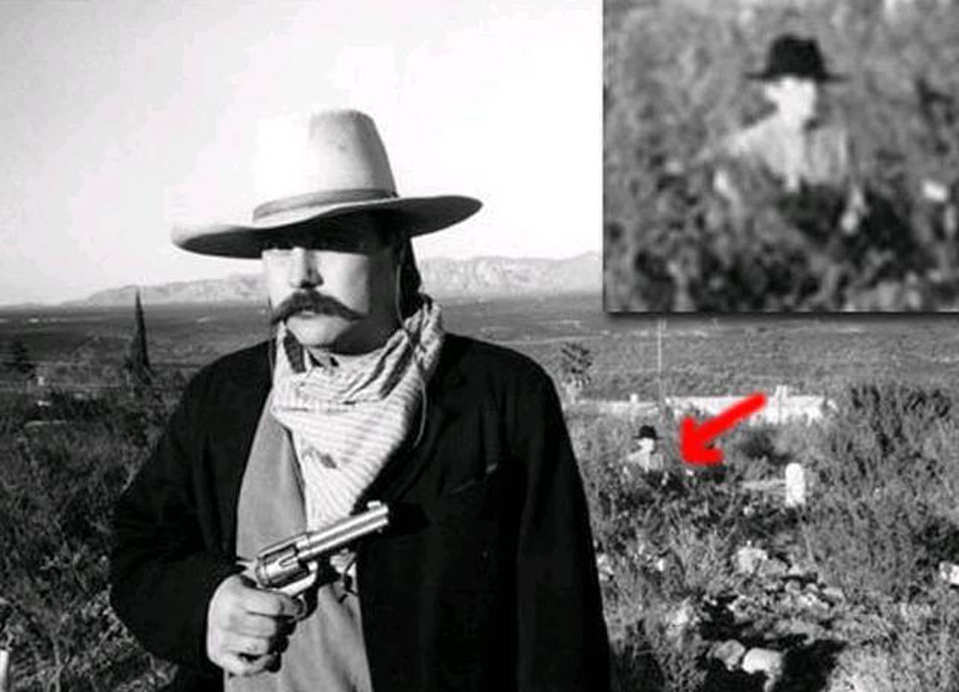 Призрак мужчины в шляпе на фото с кладбища