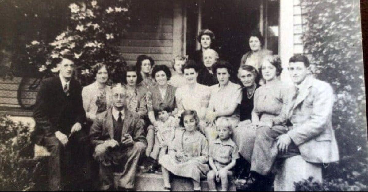 Призрак был замечен на семейном фото 1930 года