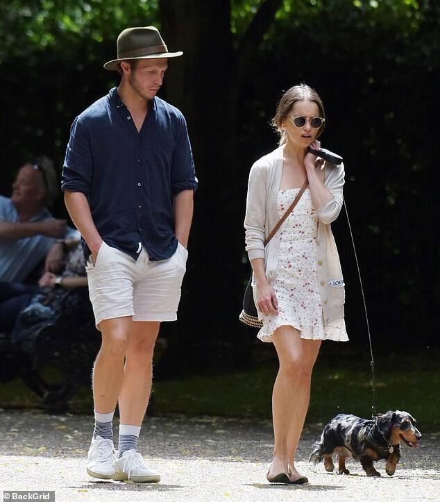 Пару сфотографували під час прогулянки в одному з парків Лондона