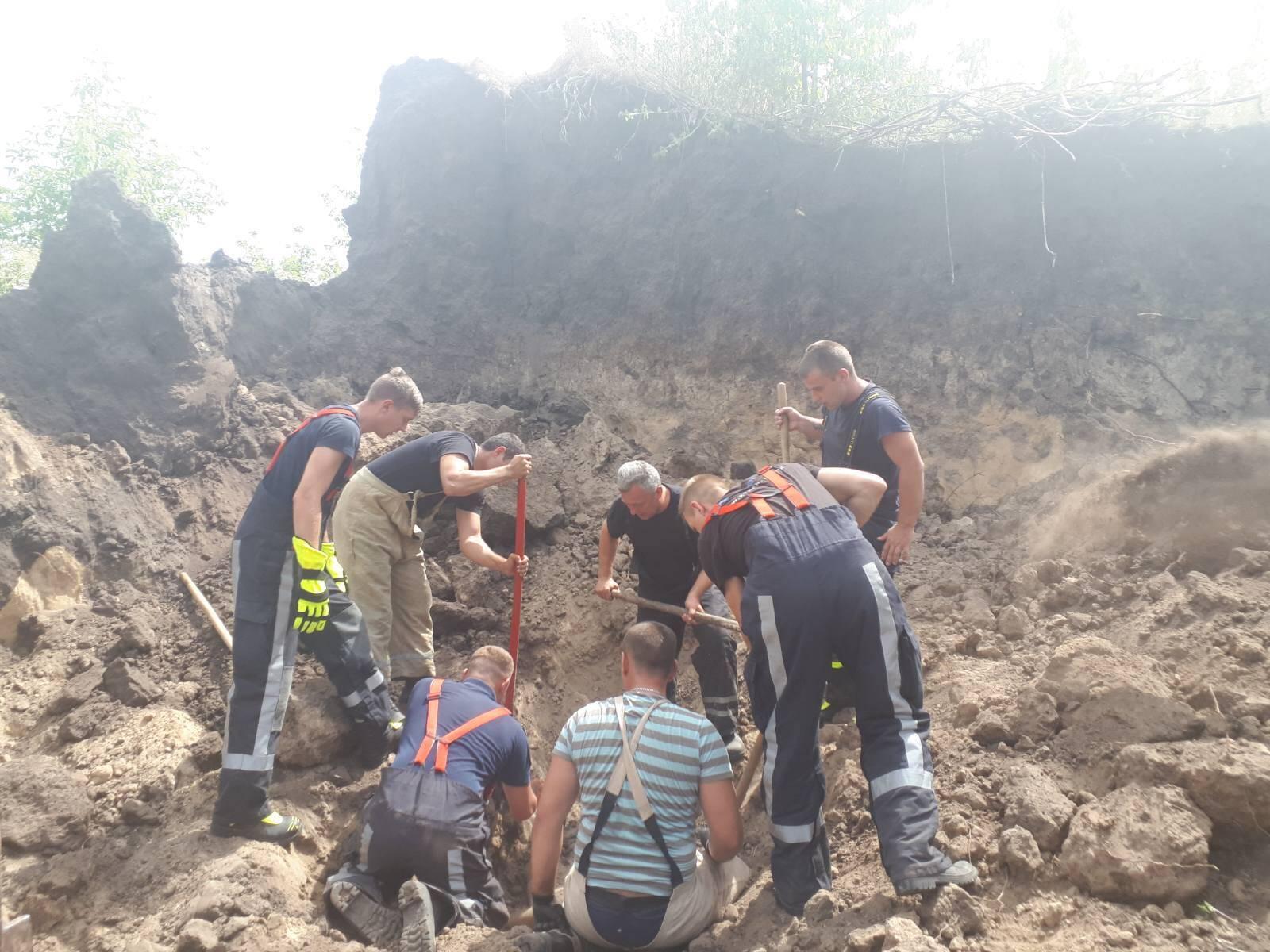 У кар'єрі на Київщині трьох чоловіків засипало ґрунтом, є загиблий