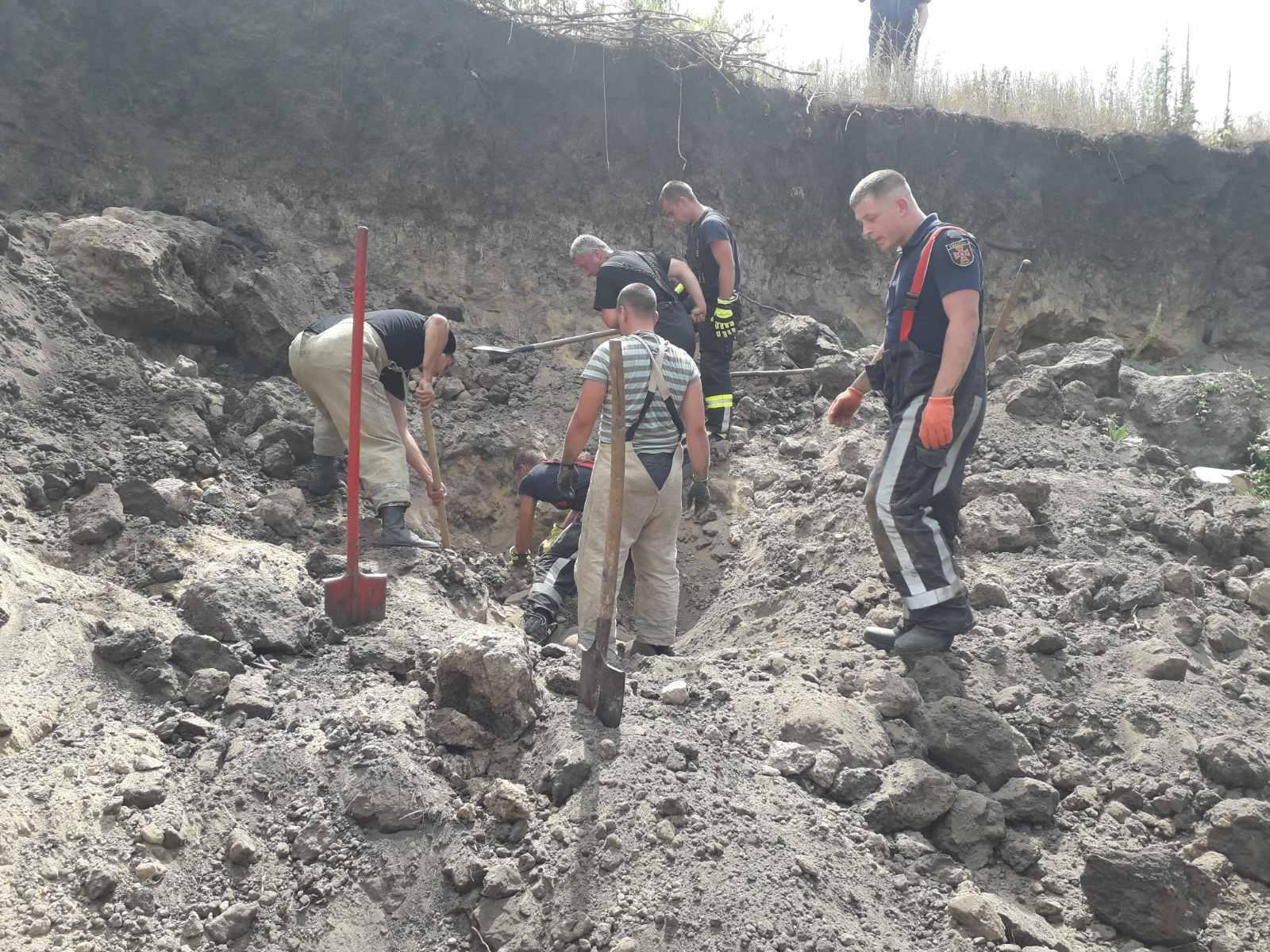 У кар'єрі на Київщині трьох чоловіків засипало піском, є загиблий